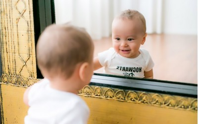 Τι βλέπει το μωρό σας στον καθρέφτη;