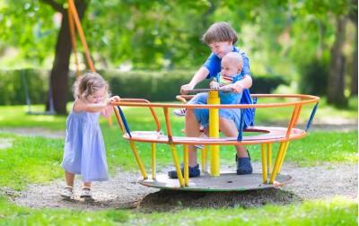 Πως θα προστατέψουμε τα παιδιά μας στην παιδική χαρά