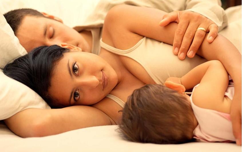 Πρέπει το μωρό να κοιμάται στο ίδιο κρεβάτι με τους γονείς του;