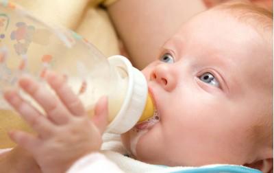 Πως να ταΐσετε τo μωρό με μπιμπερό