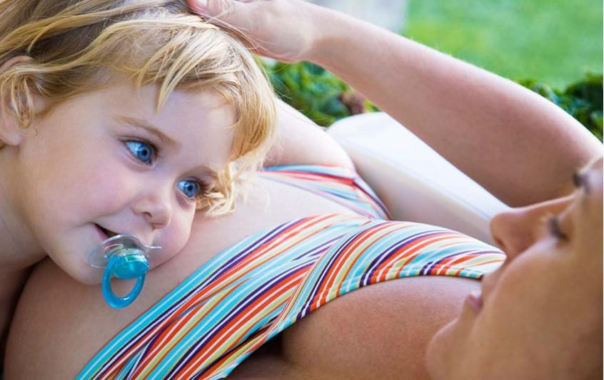 Μητρότητα στα 40. Τι λένε οι έρευνες και πιθανοί κίνδυνοι.