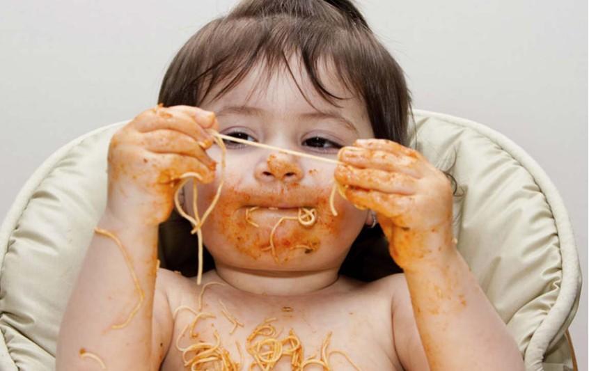 Κουτάλι ή χέρια; Υγιείς διατροφικές συνήθειες του μωρού σας.
