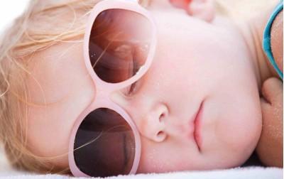 Στον ήλιο μόνο με σωστά γυαλιά. Γυαλιά ηλίου για το μωρό.