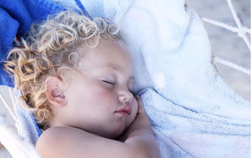 Πώς μπορώ να βοηθήσω το μικρό μου να κοιμάται μόνο του;